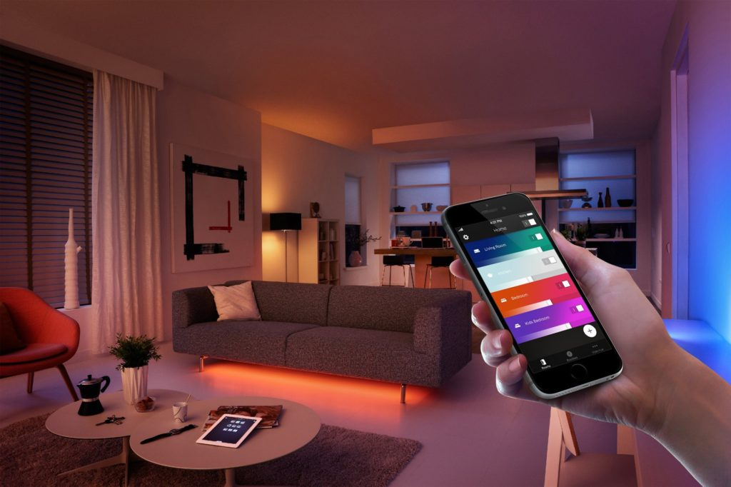 Philips Hue White and Color Ambiance Starter Kit con 3 Lampadine E27, Bridge Incluso, 10 W Equivalenti 60 W